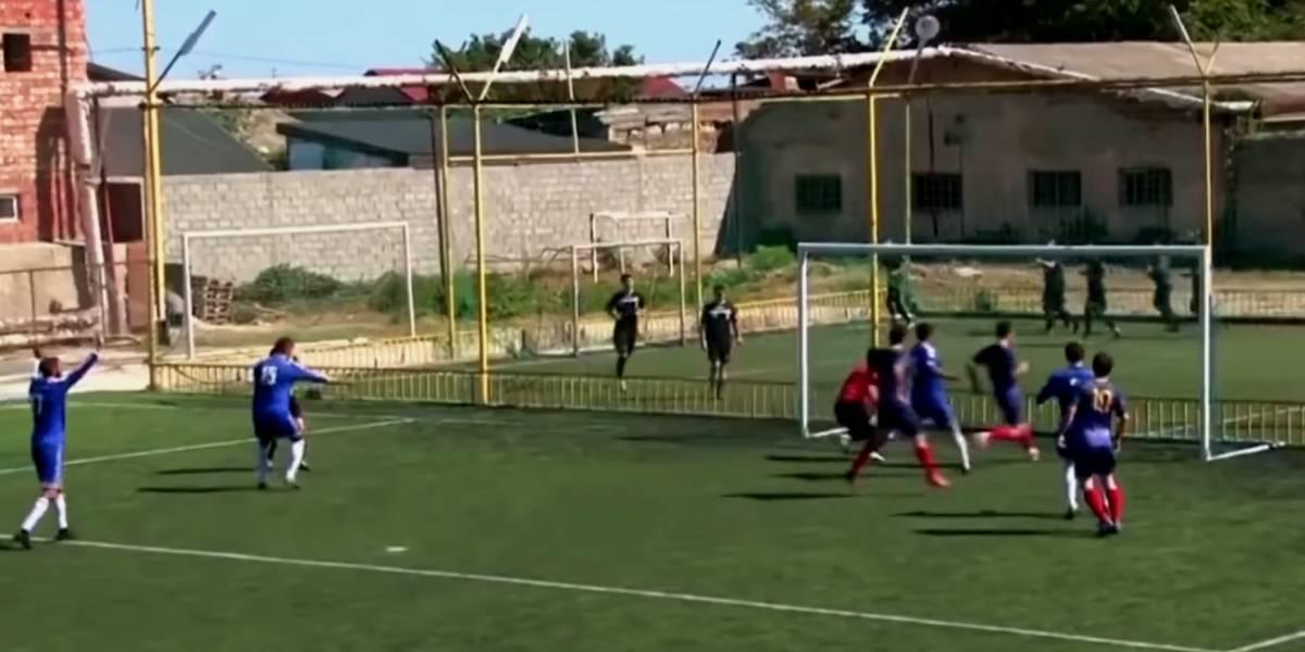 VIDEO: Árbitro marca insólito gol y se vuelve viral en redes