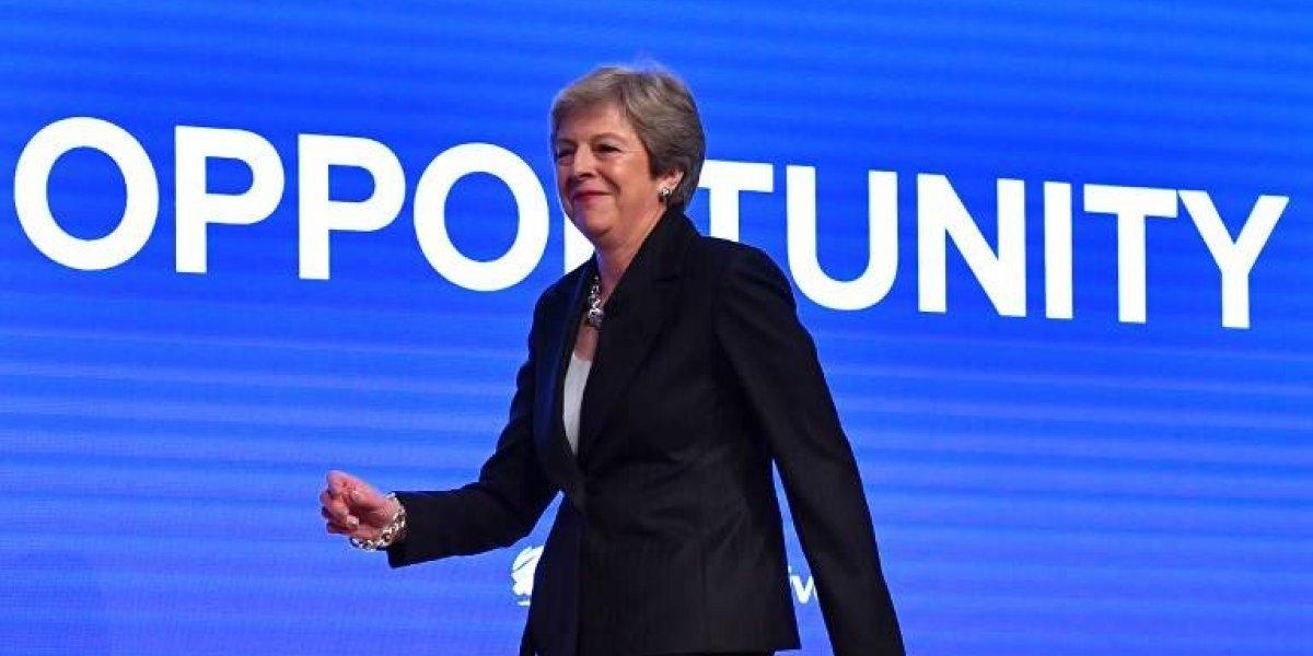 """VIDEO. La primera ministra británica baila """"Dancing Queen"""" antes de dar un discurso"""