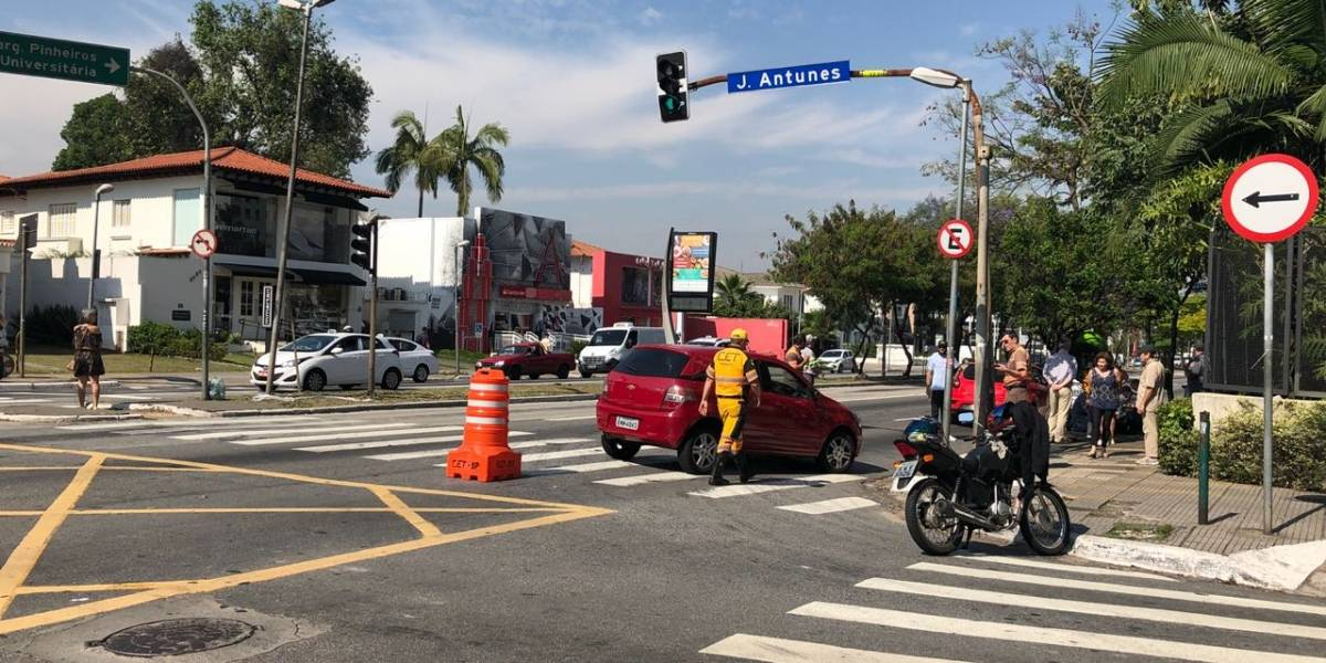 Acidente na avenida Rebouças causa grande congestionamento