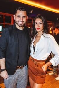 O cantor Kevin Fiorani e Ana Loureiro em noite de lançamento do EP Espelho Meu, no Wanted Pub, na Praia do Canto
