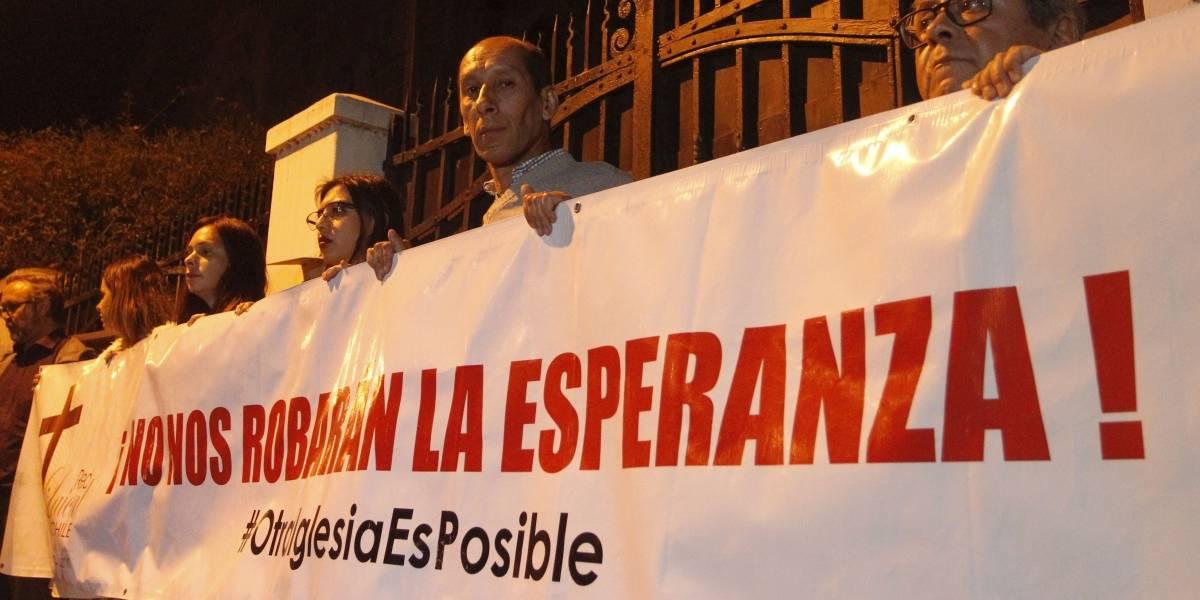 """Cardenal Ricardo Ezzati recibió """"funa"""" por parte de víctimas de abusos sexuales de sacerdotes"""