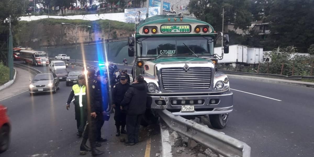 Autobús se empotra en estructura metálica en la ruta Interamericana