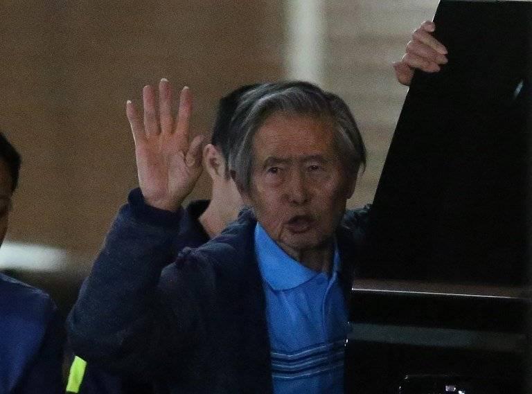 Alberto Fujimori saludando