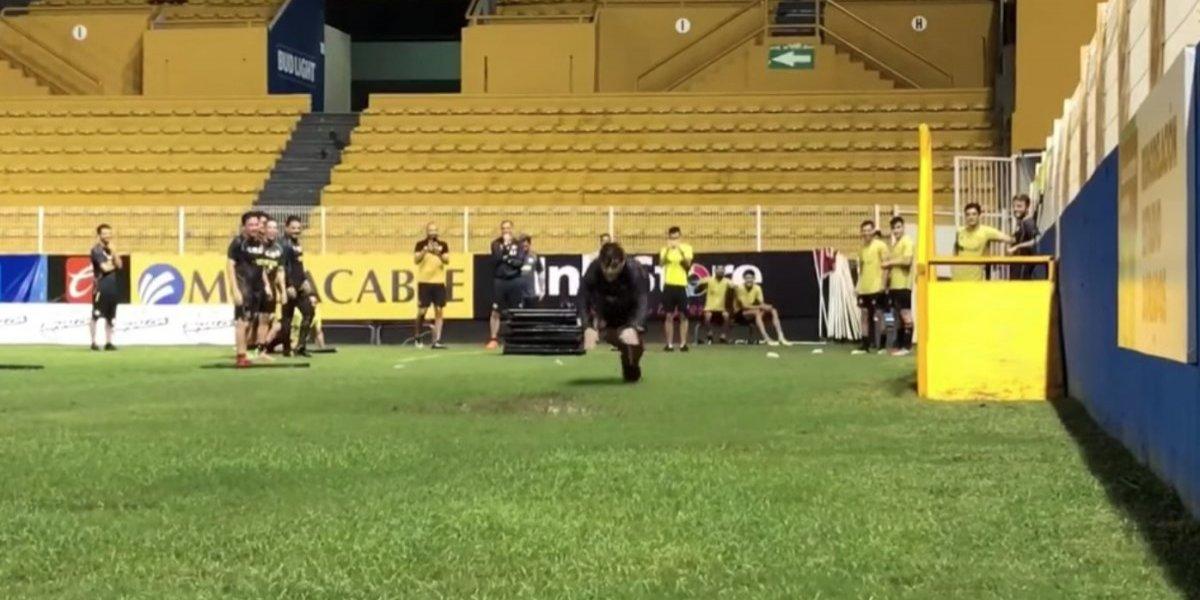 VIDEO: Maradona se avienta de panzazo en el lodo con Dorados