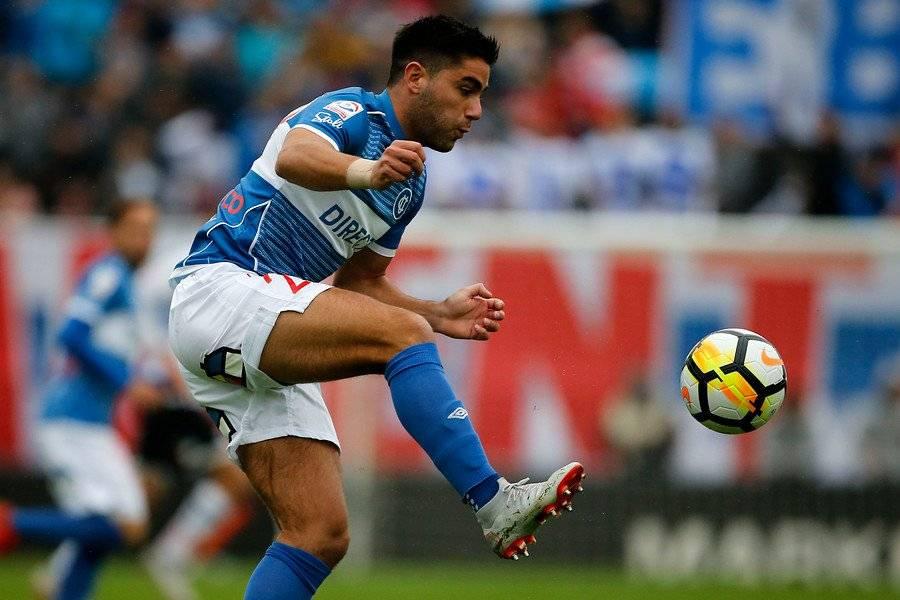 Stefano Magnaco, quien jugó de urgencia como lateral izquierdo en el clásico entre la UC y Colo Colo, se mantendrá en dicha ubicación ante Huachipato / Foto: Photosport