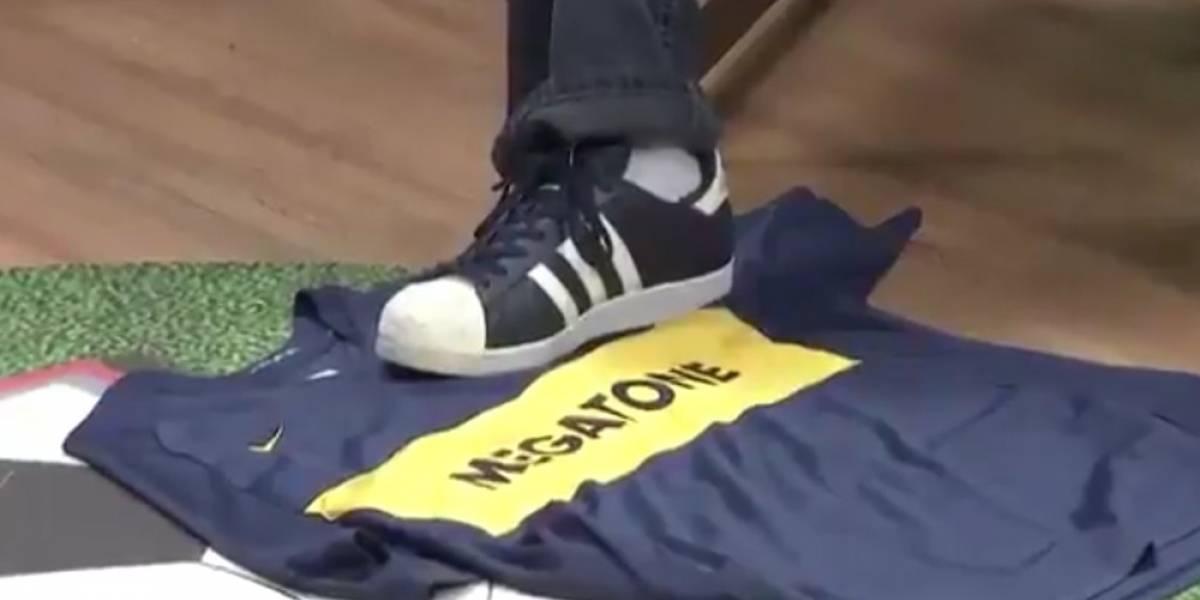 Periodista brasileño pisotea playera de Boca Juniors