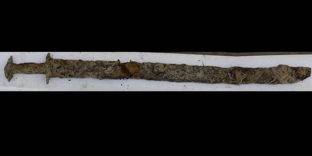 Niña de 8 años encuentra espada vikinga en un lago sueco