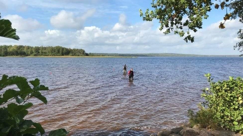 """La Reina de Suecia"": Una niña encuentra una espada de la era previkinga en un lago (FOTO)"