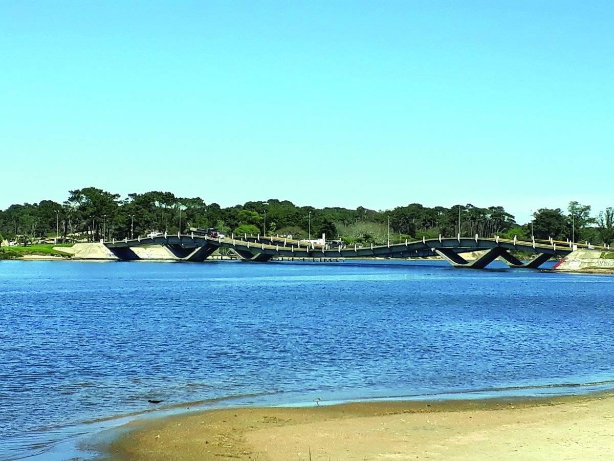 Ponte Ondulada. A Puente de la Barra, que liga Punta ao bairro La Barra, é uma atração não só para turistas. O pavimento ondulado gera curiosidade e um frio na barriga de quem passa pelo local. Aquela aceleradinha é básica | Maicon Bock/Metro