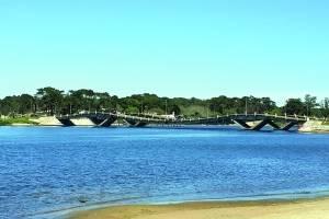 ponte ondulada A Puente de la Barra, que liga Punta ao bairro La Barra, é uma atração não só para turistas. O pavimento ondulado gera curiosidade e um frio na barriga de quem passa pelo local. Aquela aceleradinha é básica.