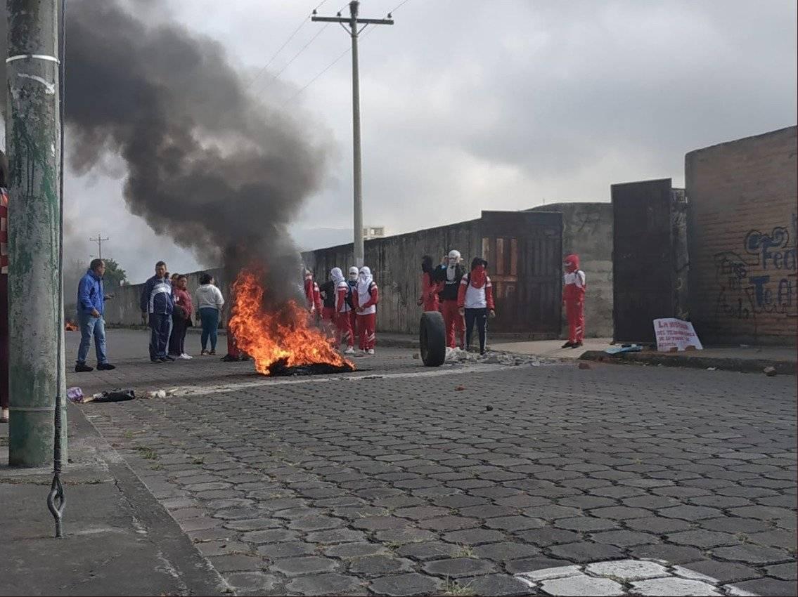 Ibarra: estudiantes de colegio se enfrentaron con policías Twitter