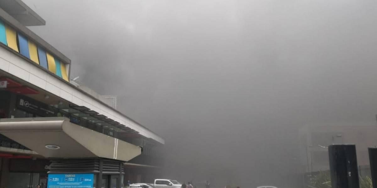 Incendio consume centro comercial en construcción en la 13 con Boyacá