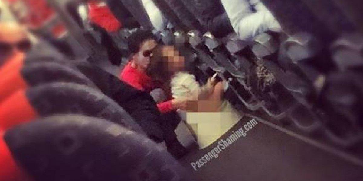 ¿Estuvo bien o mal?: madre sentó a su hijo en una pelela para bebés en medio del pasillo del avión para que hiciera sus necesidades y generó un intenso debate
