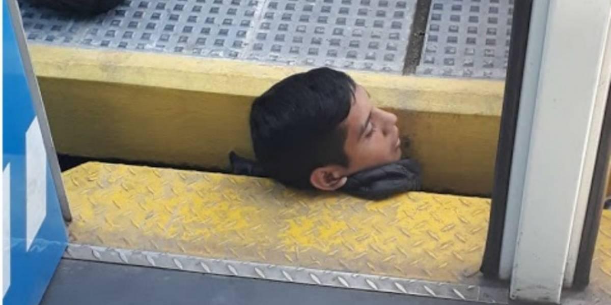 ¿Cómo pudo quedar así? Dramático rescate de joven que quedó con su cabeza atrapada entre tren y andén