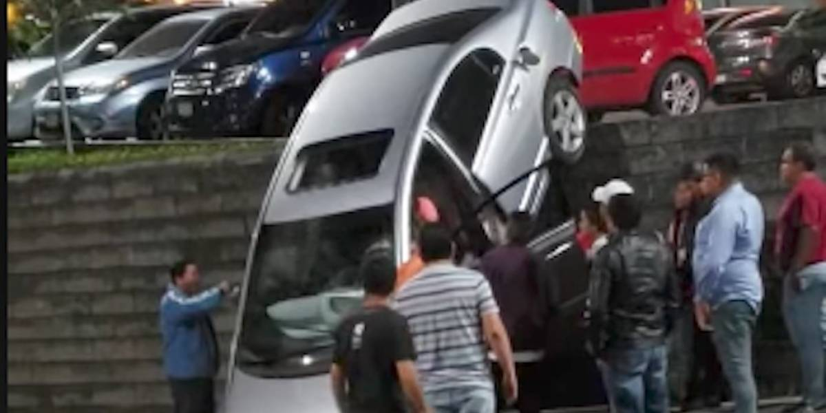 VIDEO. Accidente vehicular dentro de centro comercial en la zona 17