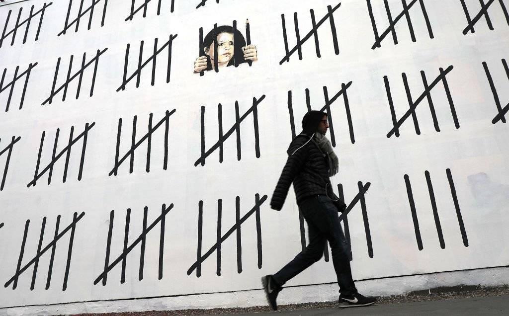 Su trabajo, en su gran mayoría piezas satíricas sobre política, cultura pop, moralidad y etnias, combina escritura con graffiti con el uso de estarcidos con plantilla Foto: Getty Images