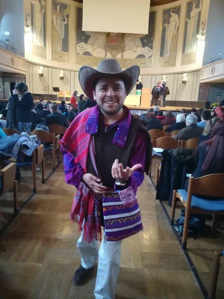 Carlos Haas se graduó como Doctor en Filosofía por la Universidad de Múnich, Alemania. En el acto utilizó el traje típico de San Juan Atitán, Huehuetenango. Foto: LGHM