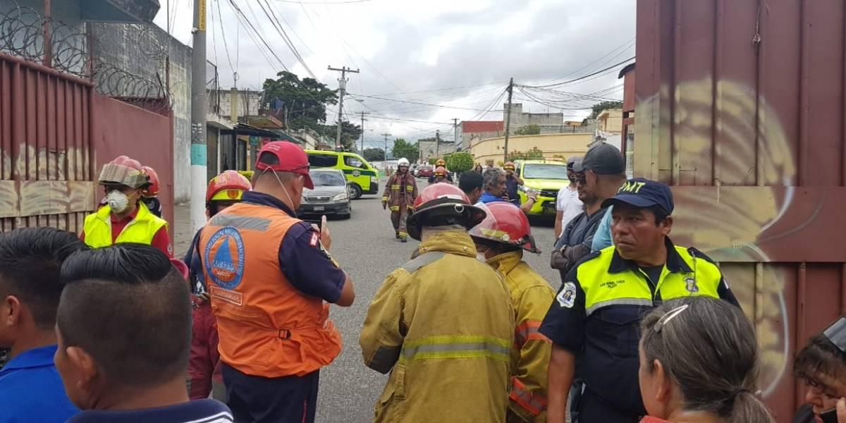 Socorristas trasladan a 10 a hospital por derrame de cloro en Mixco