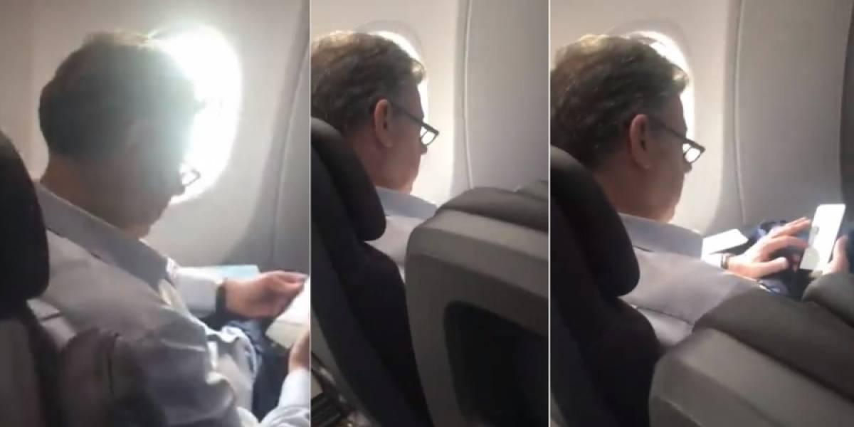 Mujer se encuentra al expresidente Santos en un avión y le lanza 'mil' insultos