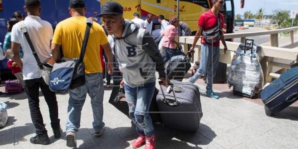 Retornan 90 venezolanos a su país desde R.Dominicana en vuelo fletado por Maduro