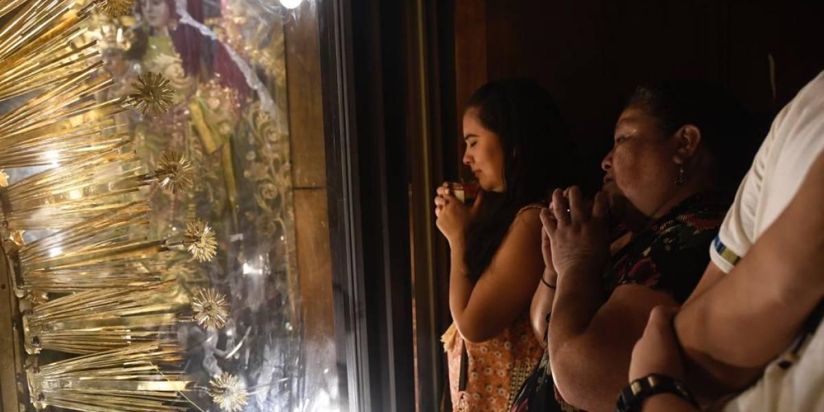 EN IMÁGENES. Miles de guatemaltecos elevan sus peticiones a los brazos de la Virgen del Rosario
