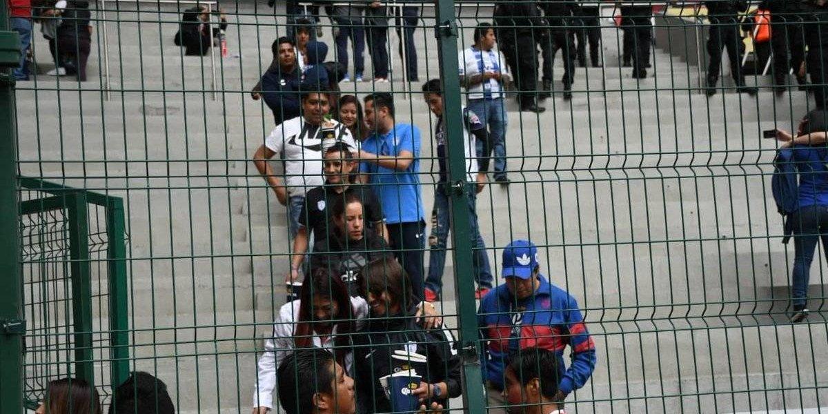 Afición del Pachuca limpia las gradas del Estadio Nemesio Díez