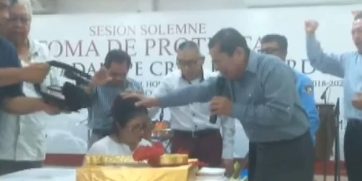Pastor cristiano toma protesta a nueva alcaldesa de Centla