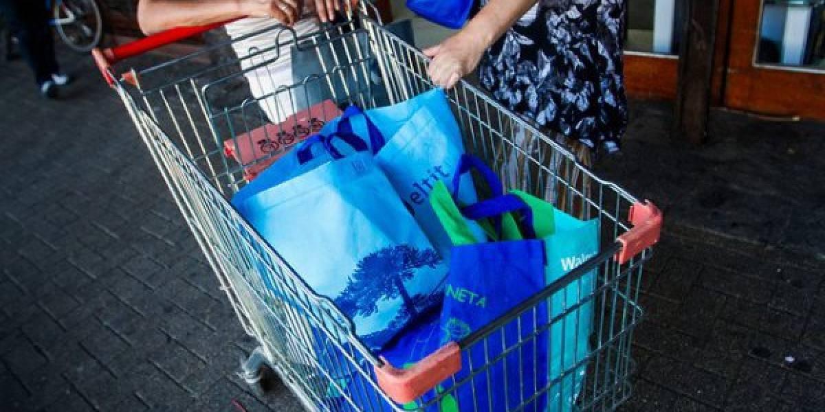 """Piden intervención del Sernac por obligación de comprar bolsas reutilizables: """"Se convirtió en una nueva línea de negocio de las empresas"""""""