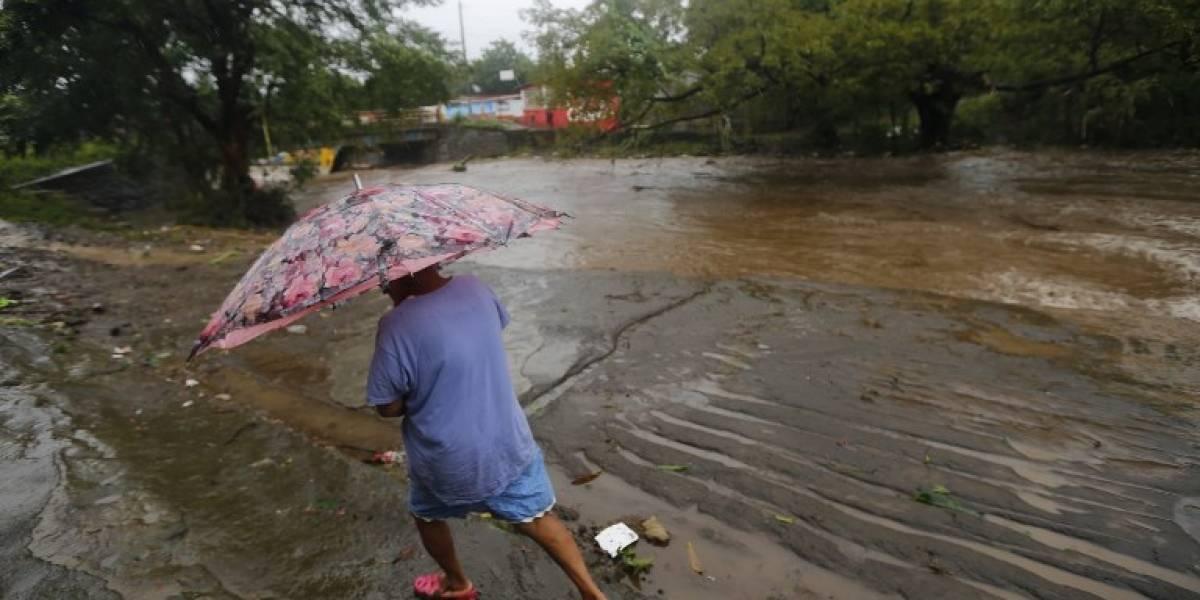 Derrumbe y desbordamientos dejan miles de afectados