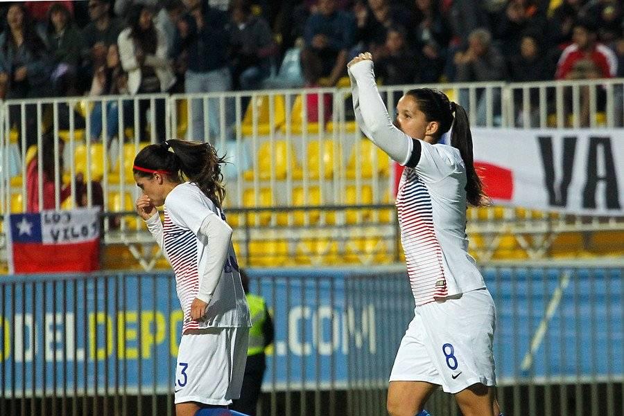 Karen Araya anotó uno de los goles de la Roja femenina ante Sudáfrica. El otro fue obra de Carla Guerrero / Foto: Photosport