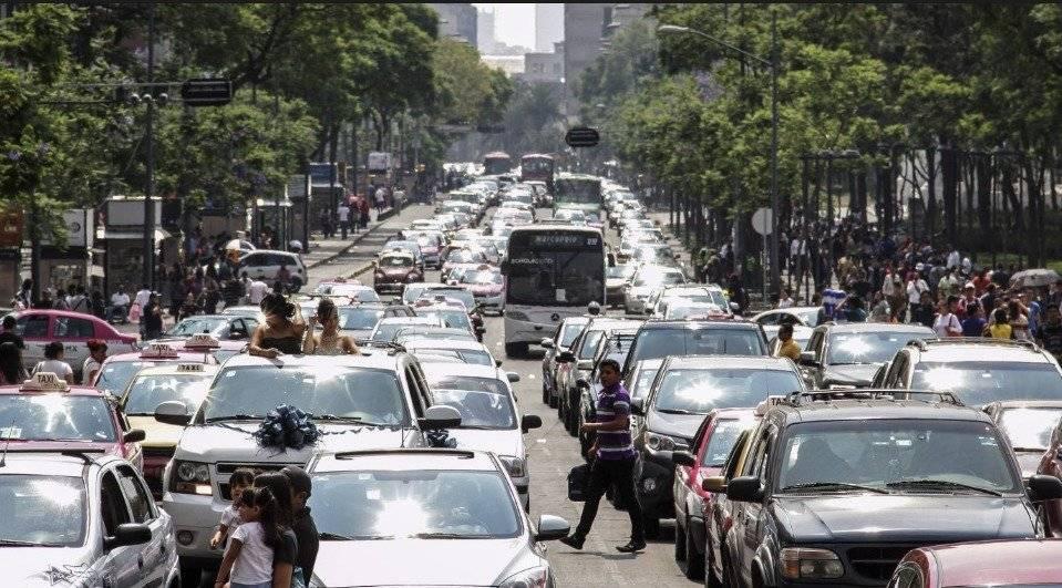 El tiempo de traslado en la Ciudad de México aumentó 10% en los últimos años; la velocidad promedio es de 6 kilómetros por hora y 85% de las vitalidades están saturadas en las las horas pico, informó Román Aragón, director comercial de Construcción y Auxiliar de Ferrocarriles (CAF) / Cuartoscuro