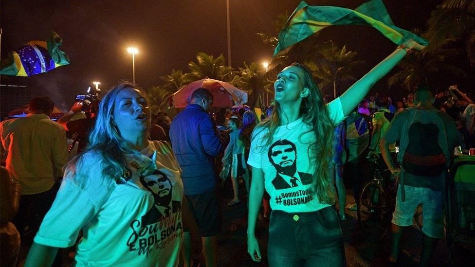 Electores de Bolsonaro muestran armas mientras votan en Brasil