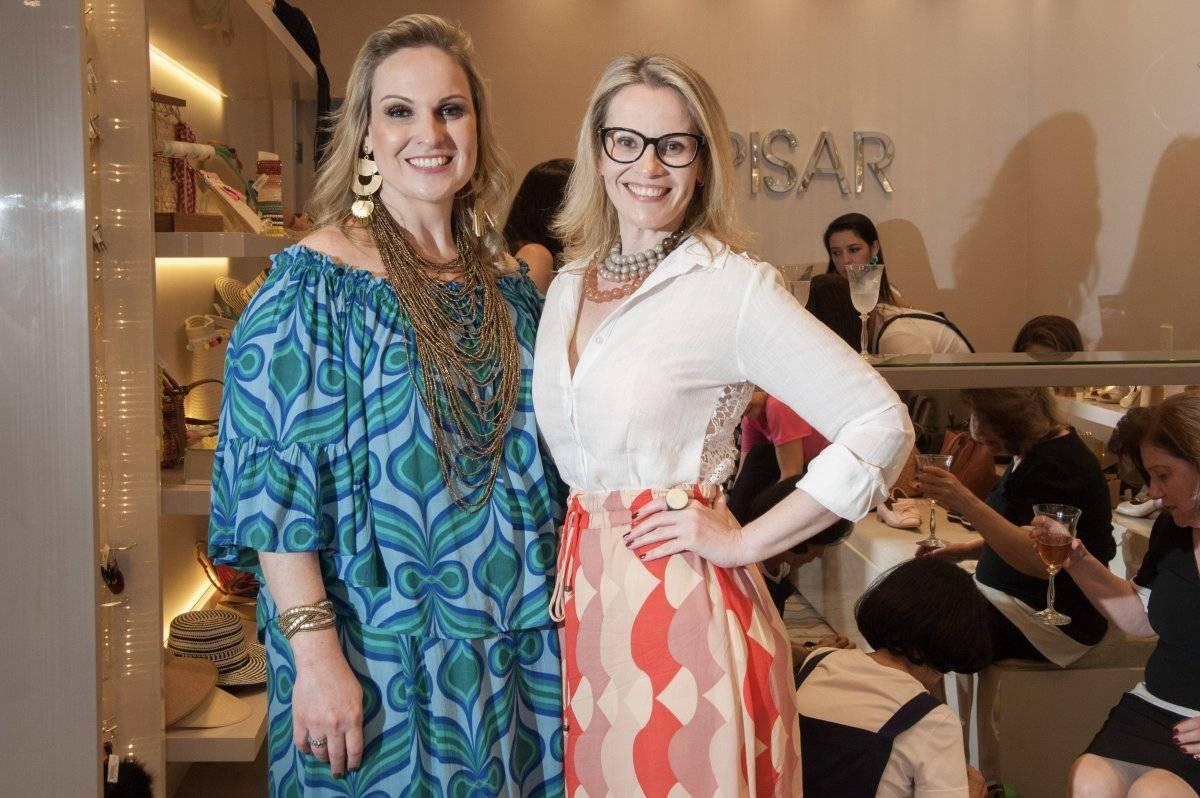 A empresária Karla Fuzari promoveu um burburinho fashion, na ultima quarta-feira, em Colatina. Na foto, está ao lado da irmã Renata Fuzari | Jackie Campos