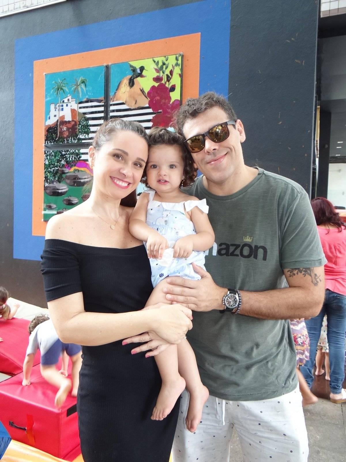 Melyssa Viana com a família em evento para crianças na Bargain Praia do Canto, que aconteceu no último sábado | Divulgação