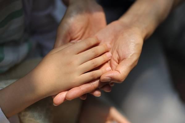 manos niña