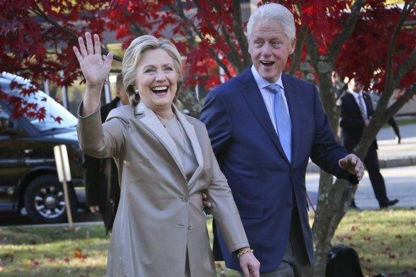 En esta foto del 8 de noviembre del 2016, la entonces candidata presidencia demócrata Hillary Clinton y su esposo, el expresidente Bill Clinton, saludan a simpatizantes tras votar en Chappaqua, Nueva York. (AP Foto/Seth Wenig, Archivo)