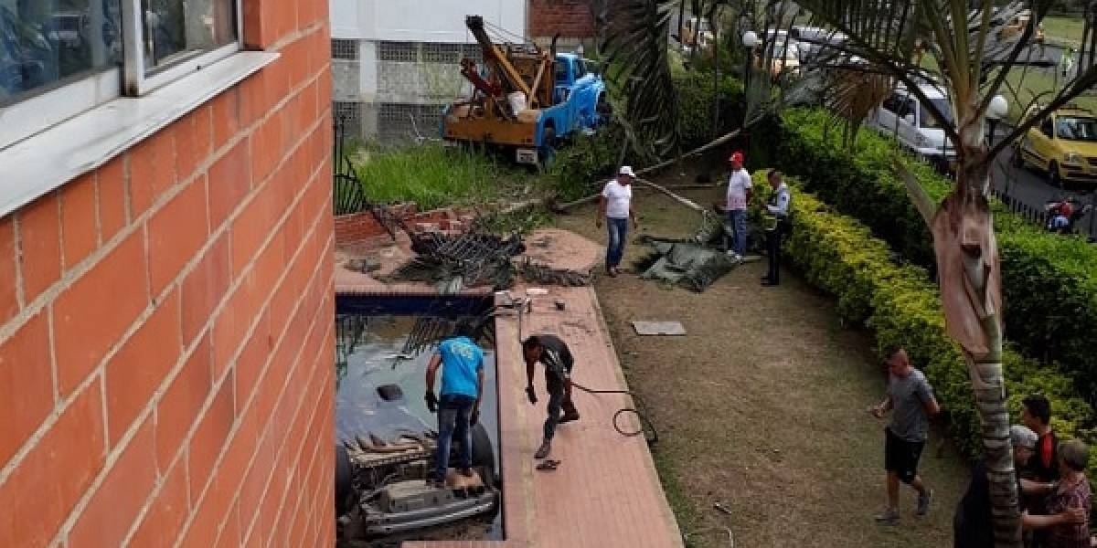Adolescente que conducía una camioneta terminó con el vehículo dentro de una piscina