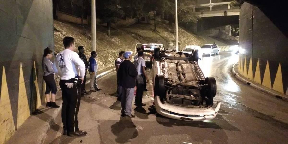 Un vehículo volcado y varios con fallas mecánicas complican el tránsito este lunes