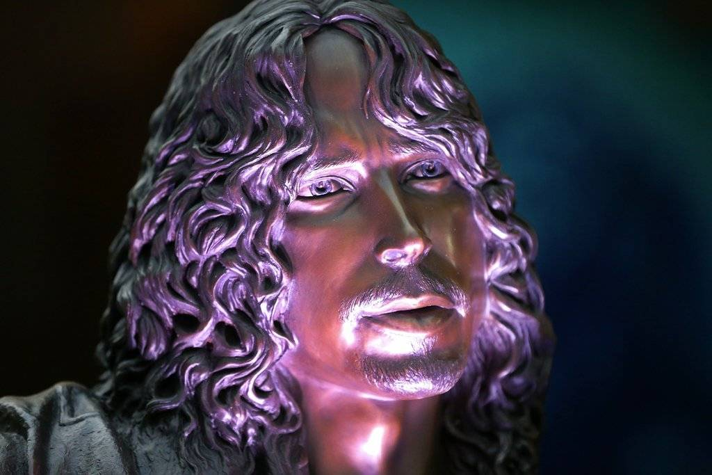 Develan estatua en honor a Chris Cornell