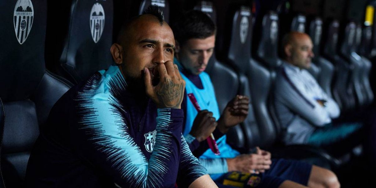 """Dirigente del Barcelona critica a Vidal por sus mensajes en redes sociales: """"Es una falta de respeto para sus compañeros"""""""