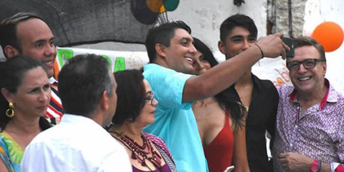 A funcionario público le costó el puesto tomarse una selfie con la 'Madame'