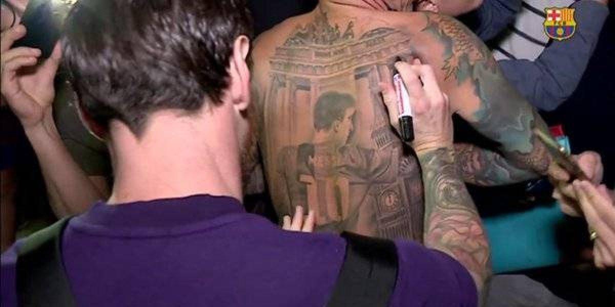 VIDEO: Messi puso su firma en la espalda de un aficionado