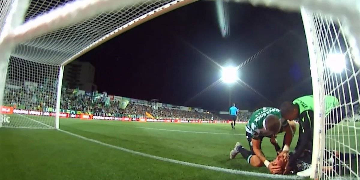 VIDEO: Defensor del Sporting de Lisboa salva la vida del portero de su equipo