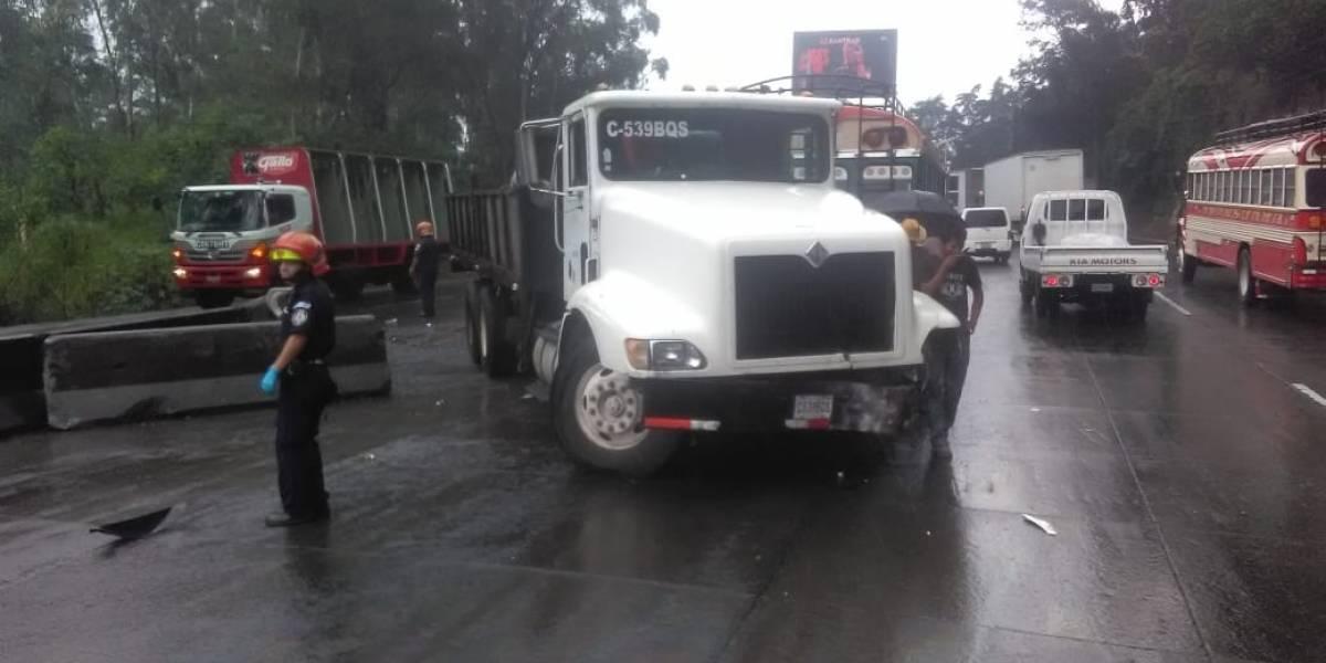 VIDEO. Camión derrapa, se cruza a carriles contrarios y colisiona varios vehículos en Villa Lobos