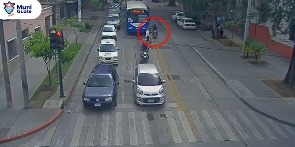 VIDEO. Peatones son atropellados por imprudencia propia y de motocicleta