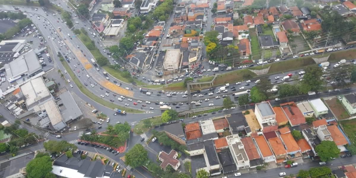 Caminhão derrama combustível na rodovia Raposo Tavares após acidente