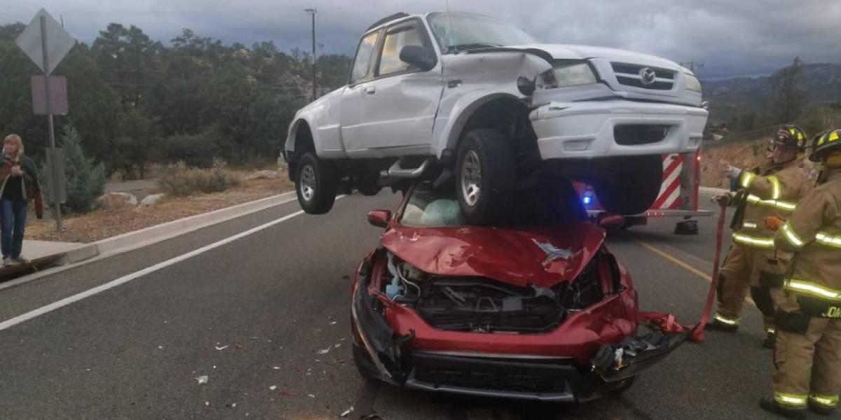 ¡Sorprendente! Una camioneta aterriza sobre un coche tras chocar