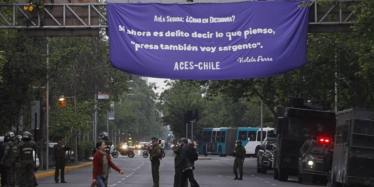 """""""¿Cómo en la dictadura?"""": estudiantes secundarios suben a señal de tránsito en protesta por proyecto """"Aula Segura"""""""