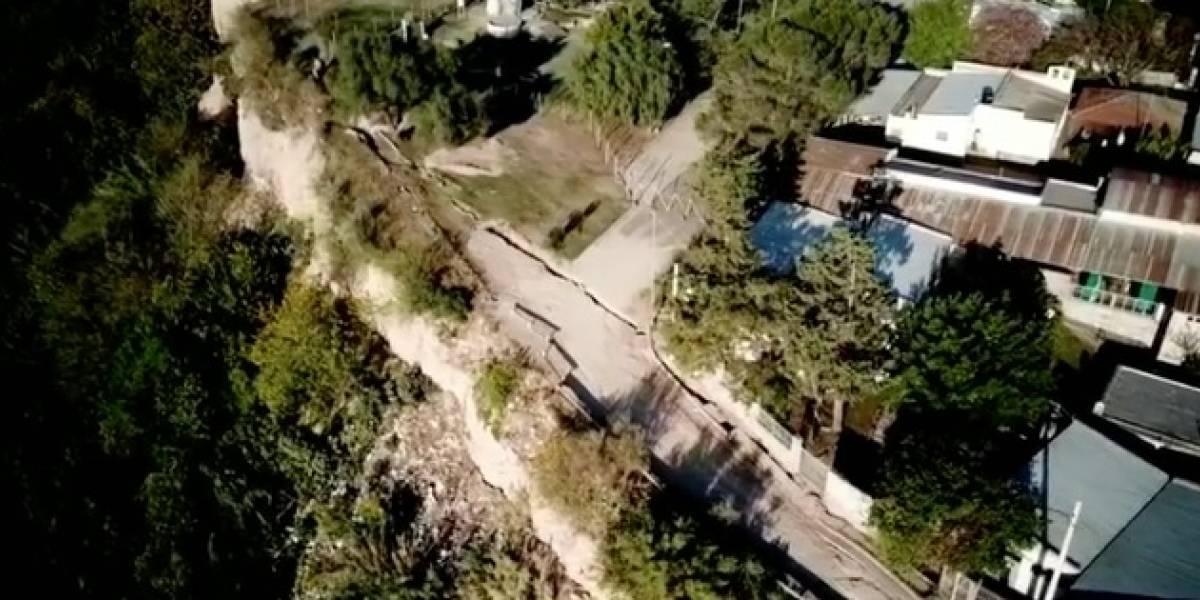 """130 metros de largo y 9 de ancho tiene la grieta que amenaza con """"tragarse"""" un pueblo argentino"""