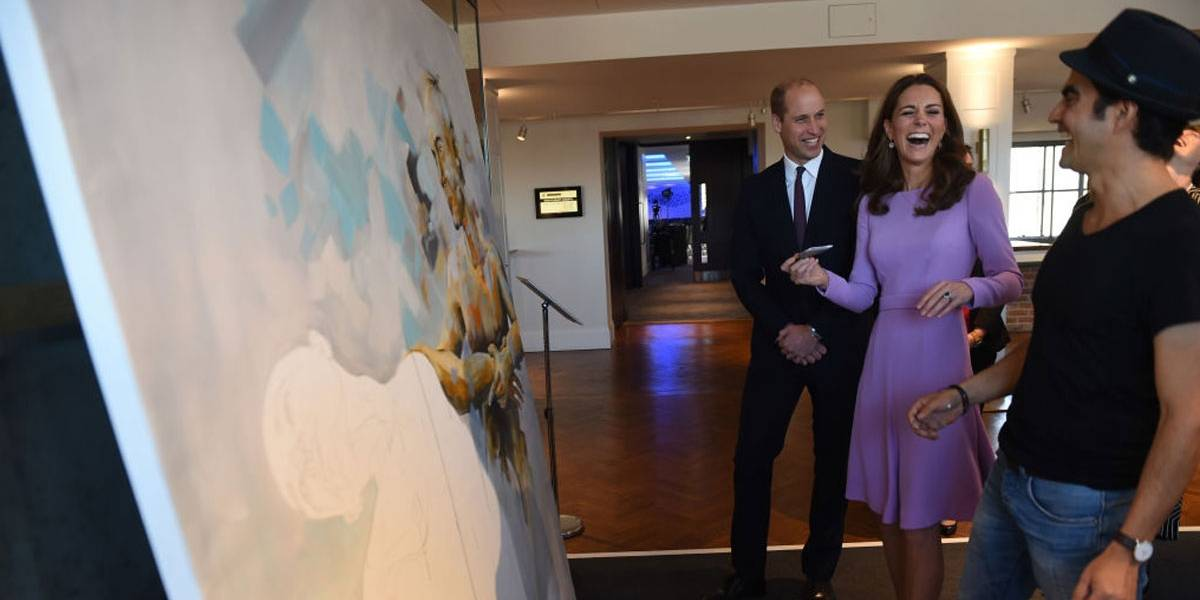 Kate Middleton colabora em quadro de pintor colombiano e William brinca: 'Arruinou a tela!'